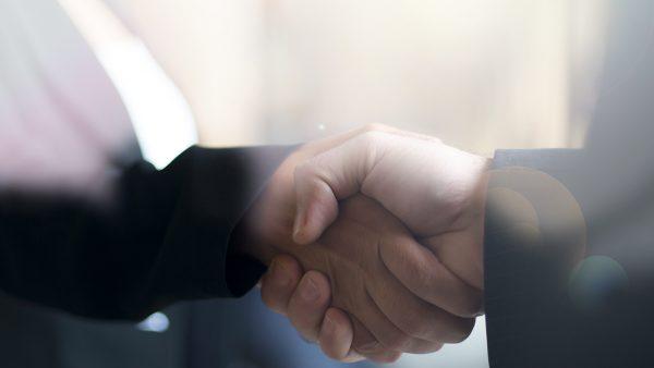 Business-Männer schütteln die Hand - Inside Sales und Lead-Scoring