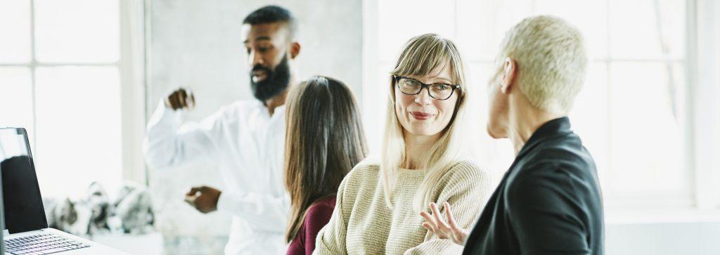 lächelnde Geschäftsfrau unterhält sich