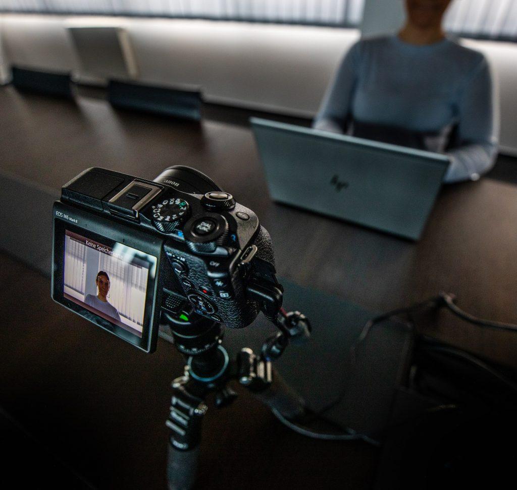 Kamera auf einem Stativ für Unternehmenskommunikation