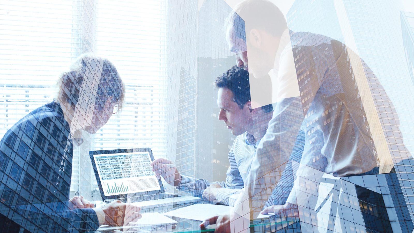 Geschäftsleute analysieren Daten