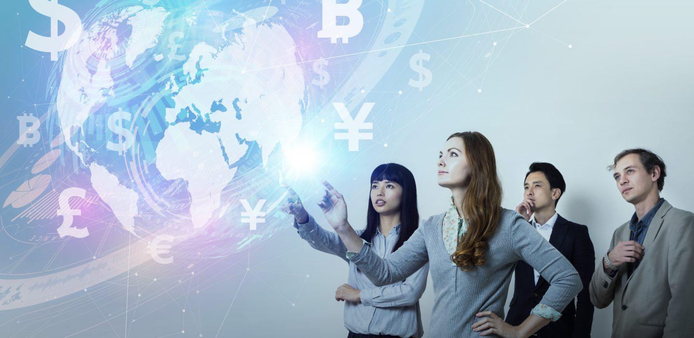 Kollegen schauen auf virtuelle Weltkarte mit Währungssymbolen