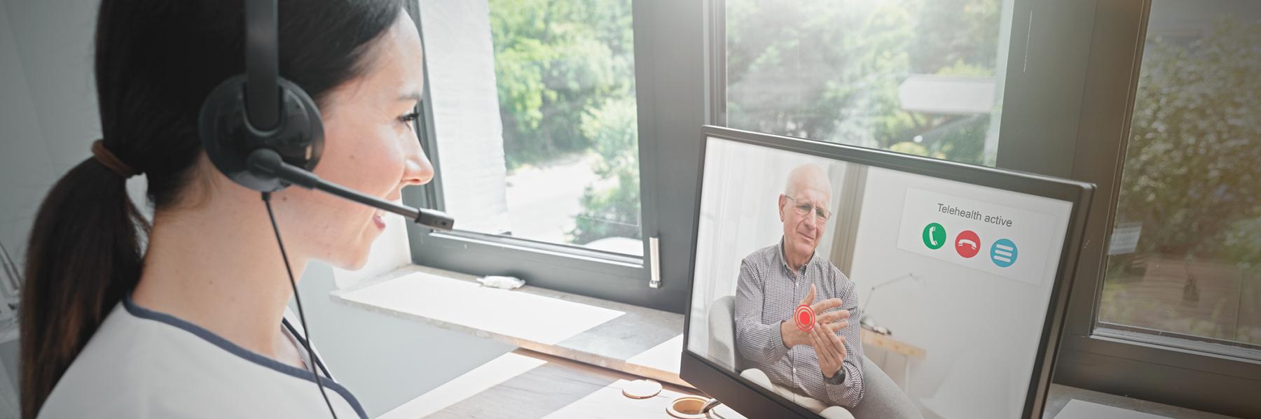 Telemedizin: Ärztin berät Patient über das Internet